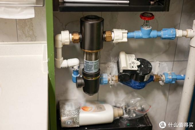 装修后的水表箱里包括了前置过滤器,以及一些额外的收纳空间
