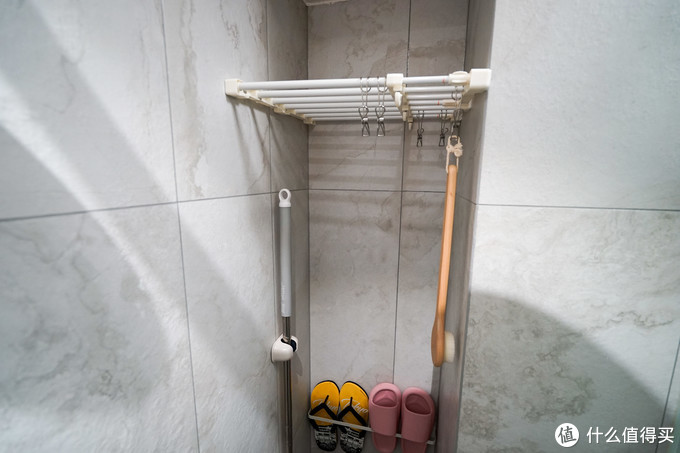 通过加建的L墙让浴室内以及马桶旁多各多出一个巨大的空间,分别归属于湿区和干区。浴室的空间可以放衣服毛巾拖鞋墩布