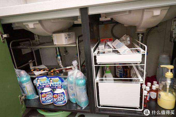 抽屉始终是最好的收纳方法,这张图刚好可以左右对比下拿取物品的方便程度,花王浴室清洁剂可以有效的清洁瓷砖、花洒龙头上的污渍,缺点是稍微有点消毒水味道