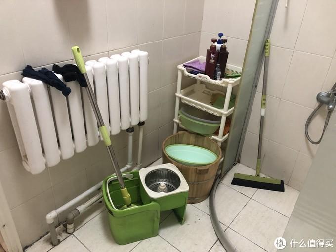 装修前的卫生间,浴室门已经掉了