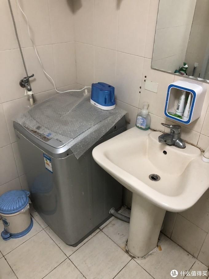 装修前的台盆,冲牙器只能放在洗衣机上