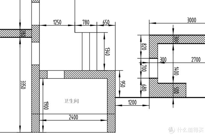 卫生间在一上楼梯的位置,旁边挨着卧室的门和过道