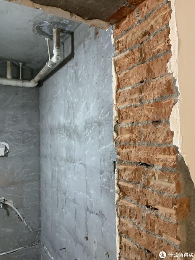 拆砸的门体,这样也可以看到之前装修很不规范,水管在墙上斜着走,影响强度还容易被钉子砸到