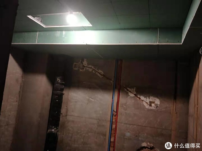 后期吊顶上开了浴霸的口后设计师验收时指出这样出风点在淋浴室内,又往干区改了一些,给设计师点赞