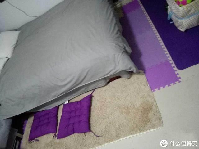 单亲妈妈的15㎡家:户型奇葩,床边是马桶,再穷也要给娃一个家