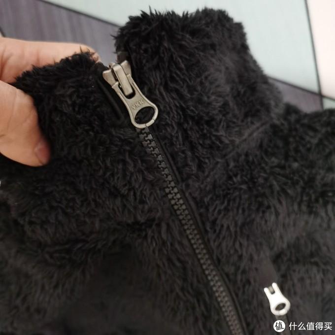 对比了优衣库的抓绒,巴塔真的是当之无愧的抓绒一哥。
