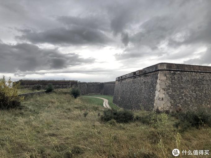 博物馆出来门口餐厅还是挺多的,随便吃了点东西,就在小镇上溜达,然后看到远处有个城堡,搜了一下,叫 圣费兰城堡,是欧洲最大的军事城堡,当天下雨,阴雨之下的城堡看起来更有韵味,但是当天不营业,可惜了。
