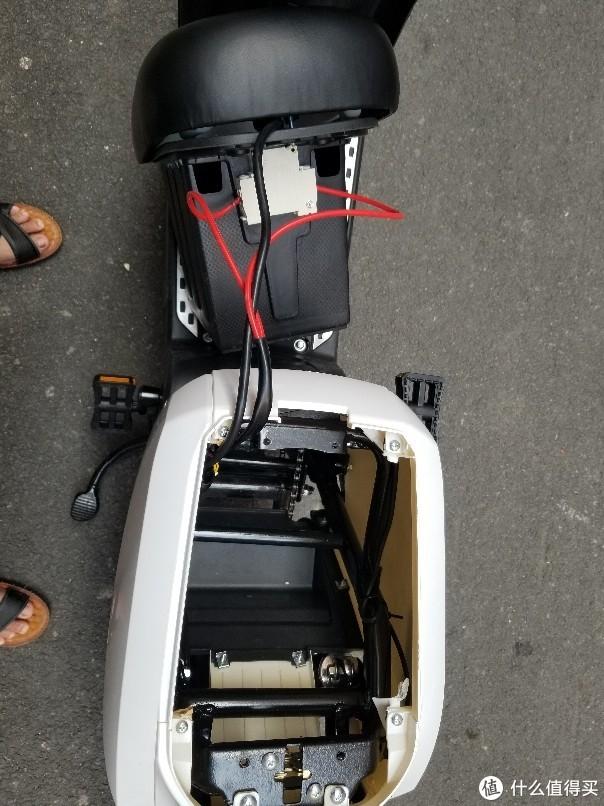 然后把整个电池仓取出,又一个总开关的线,可以不拆,我直接放在车上