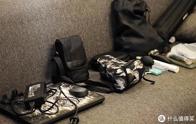 我每次长途出门必备的东西,包括15.6寸游戏本一台+电源适配器,尼康D750单反+百微镜头+14-24mm镜头,滤镜,索尼WH1000XM3头戴耳机包,泳衣和一些小配件。一个32L的包满的不能再满。