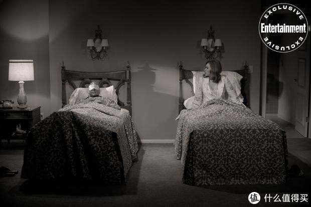 漫威《旺达幻视》新剧照,怀孕的旺达与幻视快乐生活,将采用复古情景喜剧的拍法展开剧情