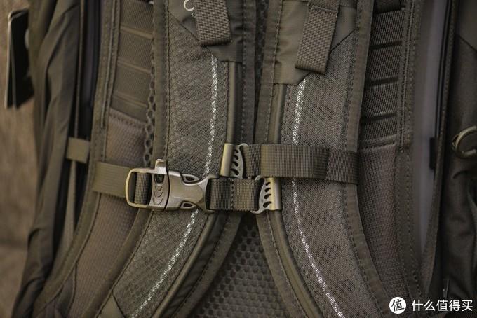 胸前和腰部都有卡扣,虽然不像专业户外包那样有宽厚的胸带腰带,但是还是可以起到一定的稳定背包和分散压力的作用。胸带卡扣上还有一个迷你的求生哨,在野外有时能起到救命的作用。
