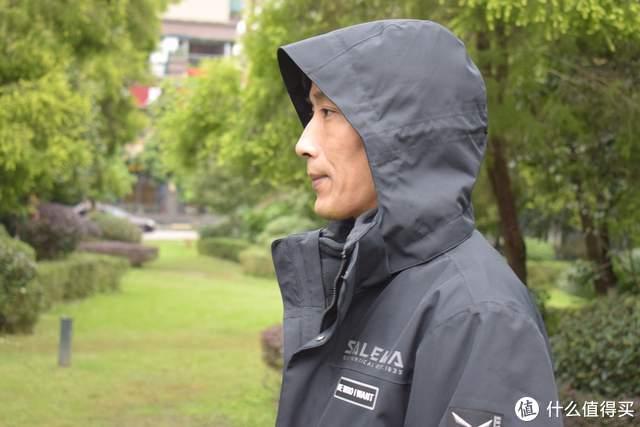 冲锋衣也走时尚路线?防水黑科技加持,一衣四穿户外通勤两相宜