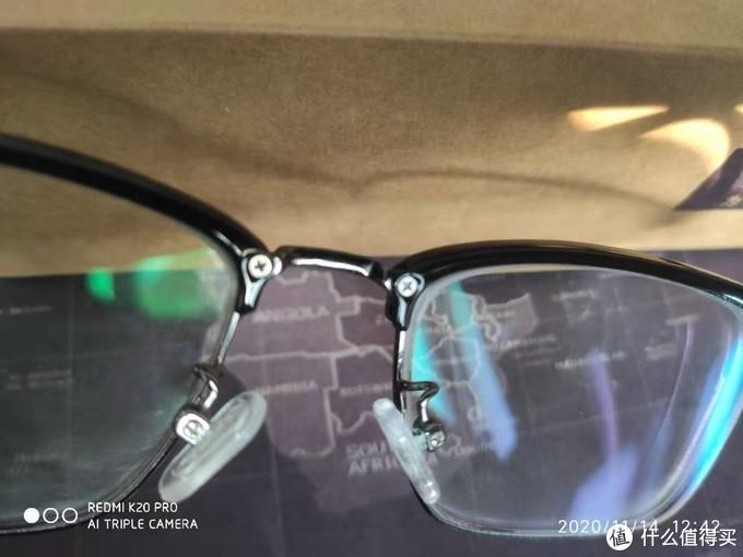 既然是为鼻子设计的眼镜,轻是一方面的,鼻托的硅胶舒适度自然也很不错