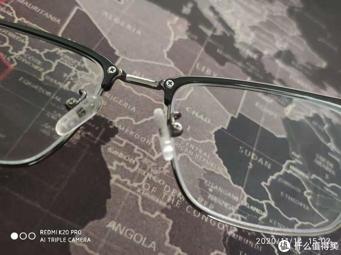 换个角度再看,镜架支撑处两颗螺丝增加了眼镜的耐久度