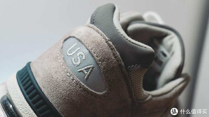 鞋舌,鞋跟刺绣细腻,摸起来是沙沙的手感