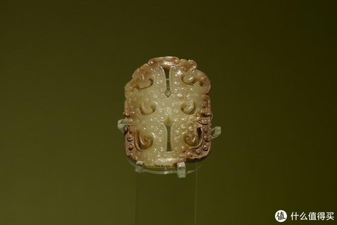 北京观复博物馆陈列的乳钉纹古玉牌
