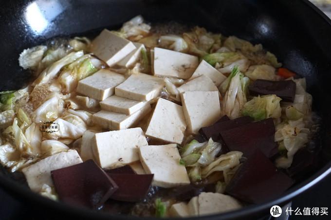 入冬后,豆腐和猪血一起炖,嫩滑入味又滋补,吃得浑身都暖和
