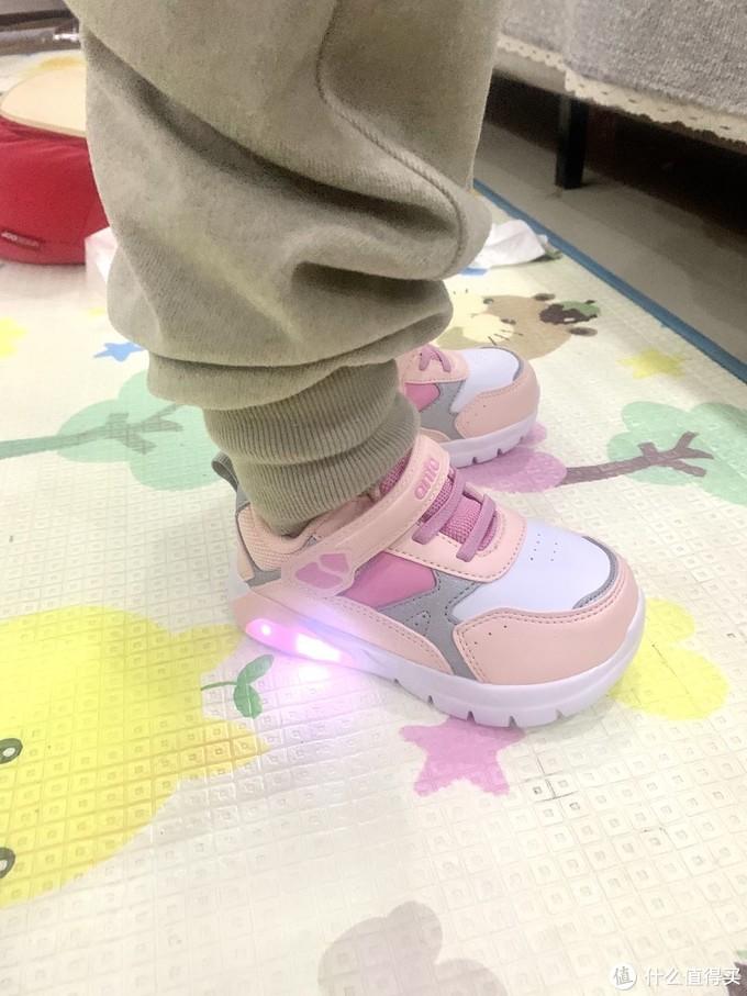 安踏儿童运动闪灯鞋开箱试穿