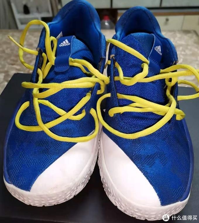 原配鞋带是跟鞋身一样蓝色,过于单调,被我换成骚黄色