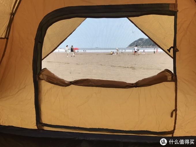 领路者帐篷的防蚊网罩布,有两个固定点,而骆驼帐篷有一个,可能是因为骆驼帐篷的材质要比这款领路者帐篷要好一些。