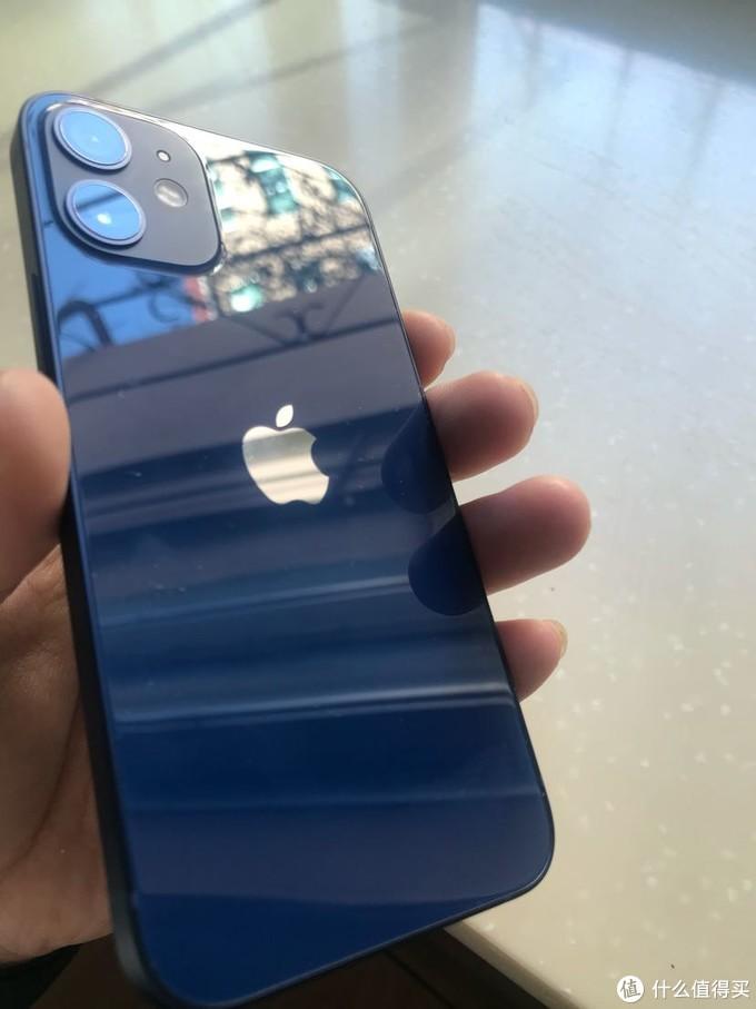 真蓝,还是挺好看的,手感不错,可能机子小,并不需要太用力所以不硌手。