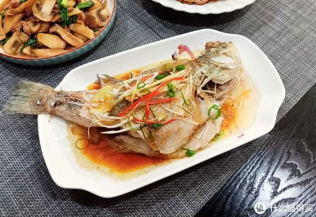 划算!晚餐有鱼有肉有螃蟹,却只花了50元,网友:太治愈了