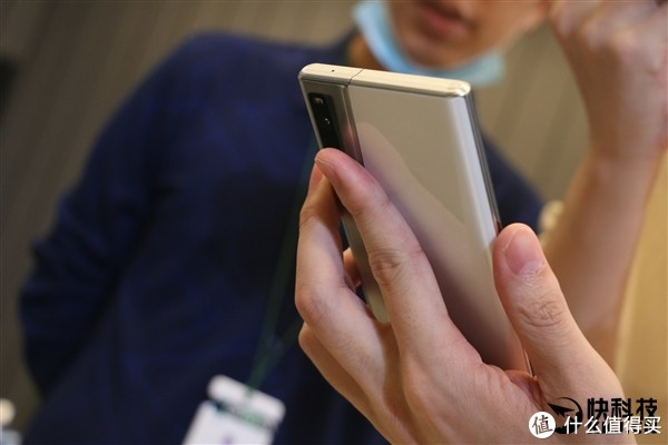 革命性设计:OPPO X 2021卷轴屏概念机发布