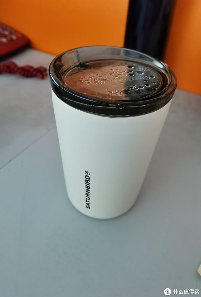 赠品咖啡杯,50%是冲这个杯子买的,莫名奇妙越看越喜欢,赠品的魅力吧。就是一般的不锈钢杯子,磨砂质感,杯盖带个吸管口,也是喝水口。杯盖虽然扣的很紧,但因为喝水口没有盖子,只能保证端着走路不会溅出来水,但是是没有办法放包里携带的。
