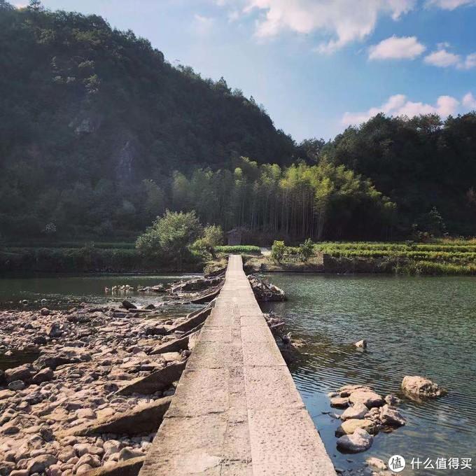 经过这样一个桥后就开始上山