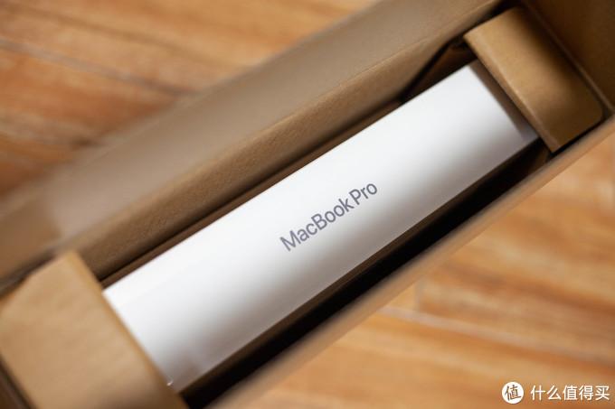 撕开封条,打开加固箱后,能看到醒目的 MacBook Pro 字眼