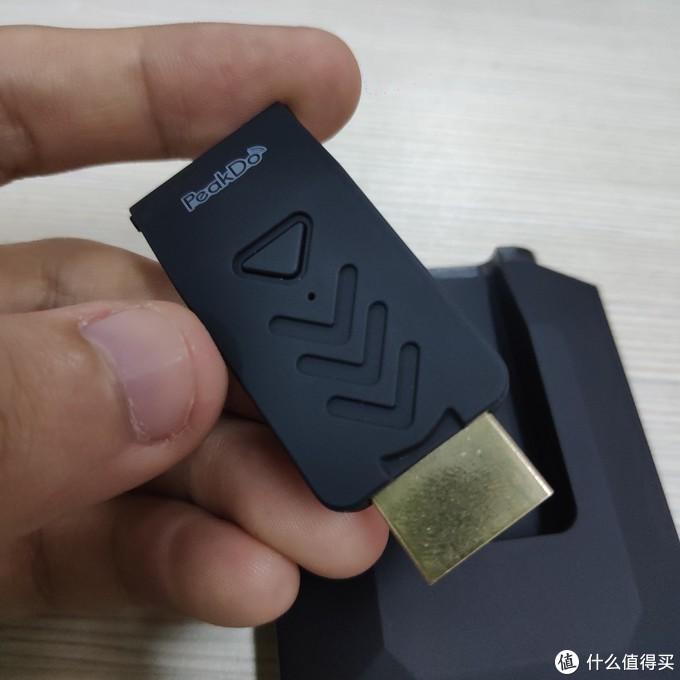可插拔发射器:接口就是传统HDMI口,可直接插在带HDMI口的设备上进行画面传输,体积非常小
