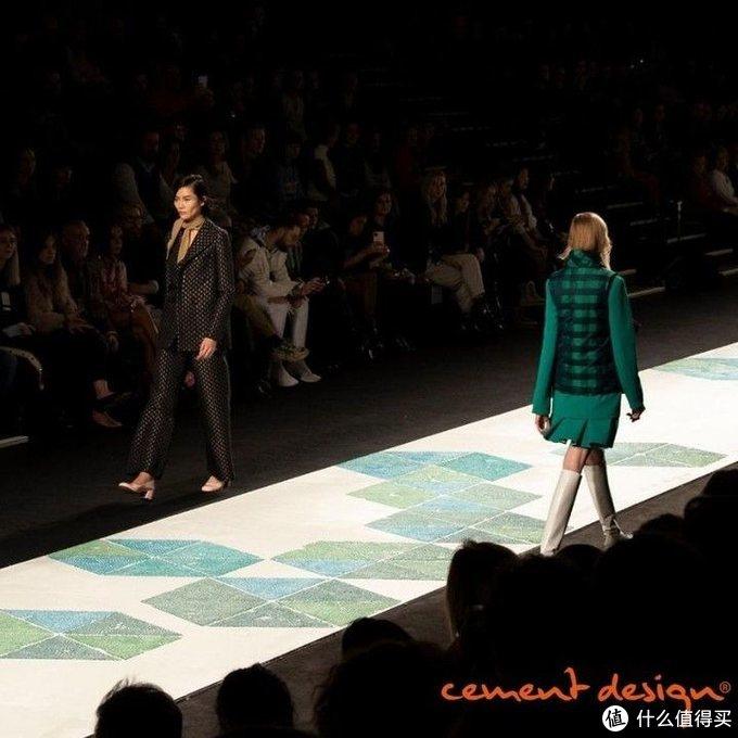"""西慕艺术水泥在T台上承受模特高跟鞋的""""暴击"""""""