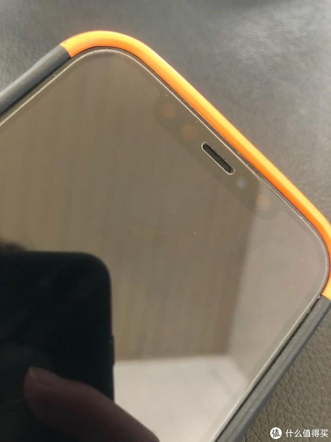 要是正面不会看到橘色的边边就更好了。细节图可以看到壳壳对手机的包裹性很好。so穿脱壳也比较费力~