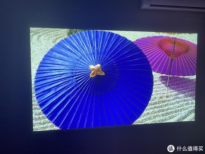 色彩很艳丽,纸雨伞的折痕明显可见