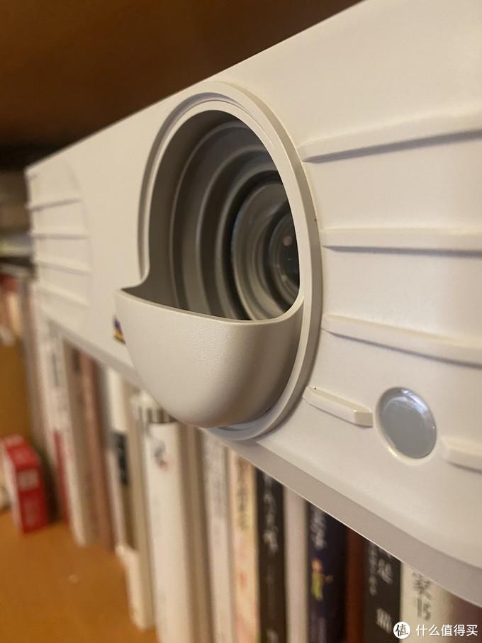 前凸的设计,一方面保护灯泡,另一方面也和整体的设计非常的搭配,简约舒适