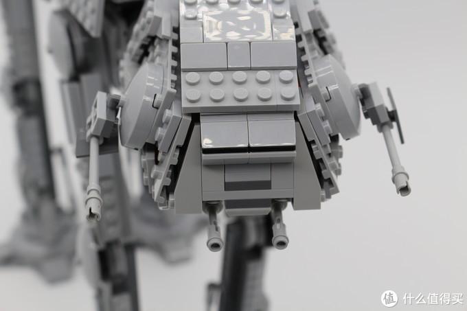 """头部也是驾驶舱,配备了主要的火力,两侧""""眼睛""""部位的一对中型爆能炮和""""下巴""""处的一对重型激光炮。"""
