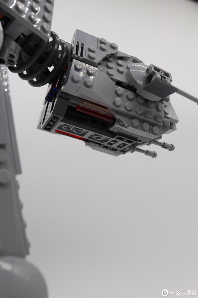 在还原火力配置方面,乐高采用了一组常见的红色弹射件来再现重型激光炮的强大攻击力,舱室底部据说有地形传感器确保AT-AT这种巨大的载具保持平稳前行