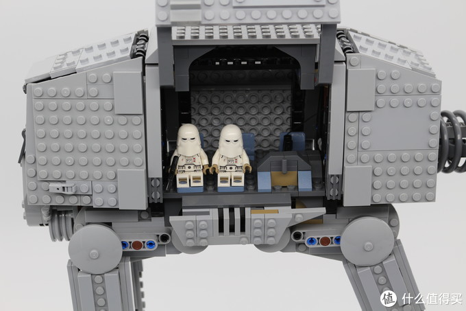 作为大型载具,AT-AT除了是一架重型兵器之外,还能承担运兵功能,套装内部有5个座位,在实际的AT-AT中能运载几个排的兵力
