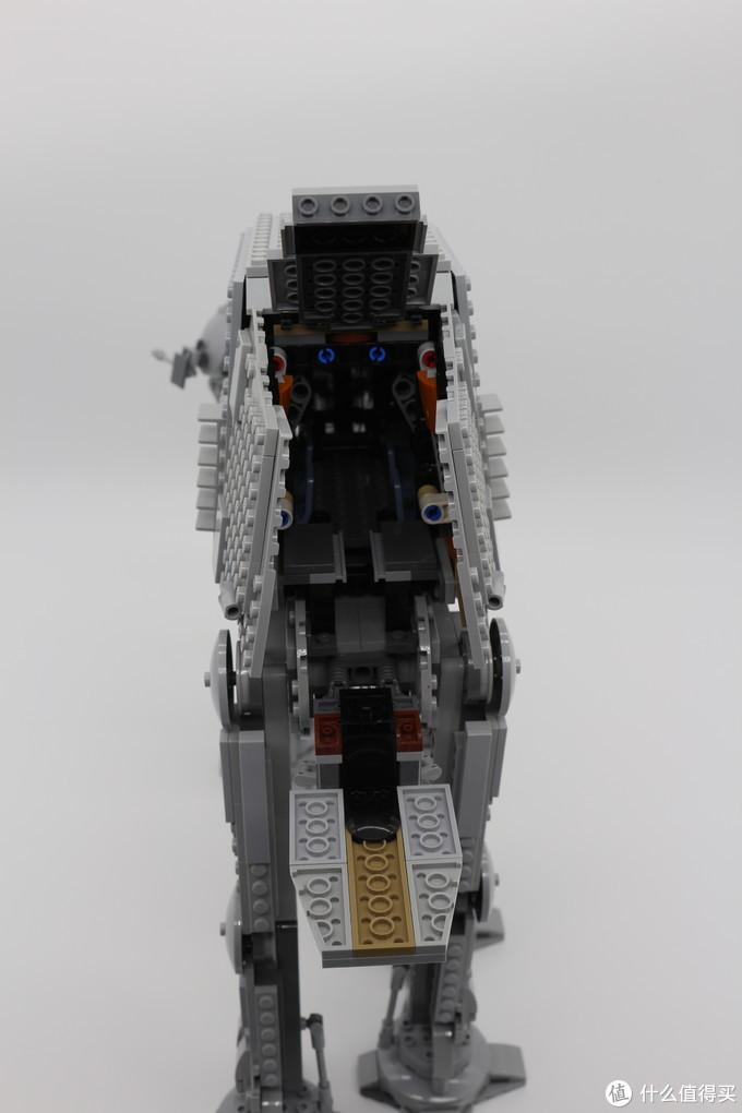 尾部也可以完全打开,按照设定这里是装载高速反重力飞行摩托的地方