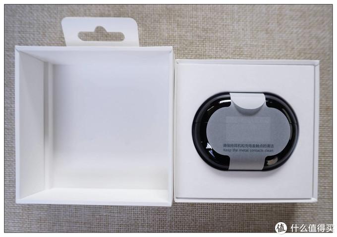 打开,直接能看到黑色充电盒,高光的,不过我更喜欢磨砂的