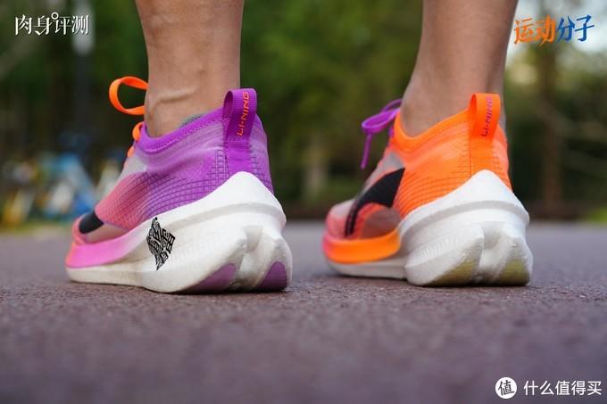 (飞电2.0 Elite后跟高度30mm,距离国际田联「厚底跑鞋不得超过40mm」的规定还有不小空间,但依然可以认为是厚底碳板跑鞋的一种。后跟高度相比飞电1.0增加了9mm)