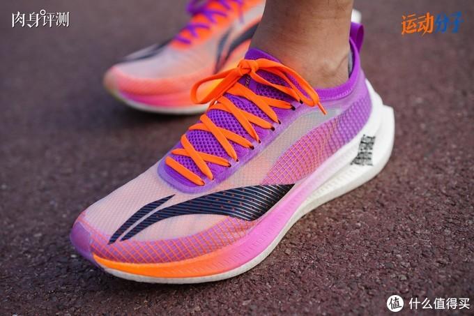(与飞电1.0相比,2.0 Elite一体编织鞋舌包裹性更明显。鞋带孔外有一层硬压胶,做成凸起空间,所以鞋带并不会直接勒在脚背上)