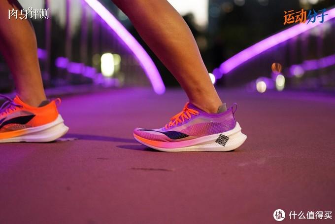 """(正常站立情况下,整双鞋的中后足依然是一个完全贴合地面的平面。跖枕科技并不会让人有""""路面不平""""的感觉)"""