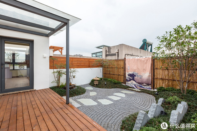 """15天屋顶改造日记:平平无奇的露台,秒变""""空中禅意花园"""""""
