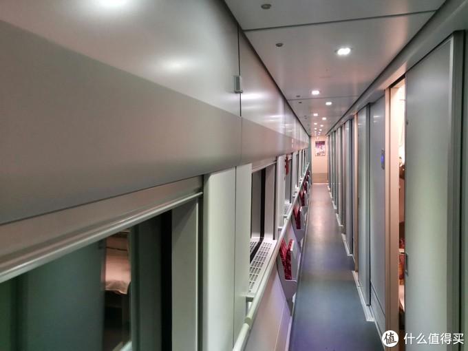 顺着走廊,就是1——16号铺位,总共就一节车厢