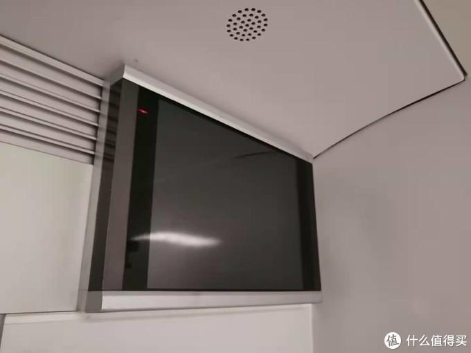上下铺都有一台电视机