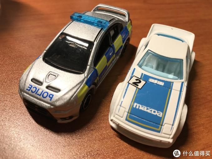 左边是多美卡警车,右边为风火轮赛车