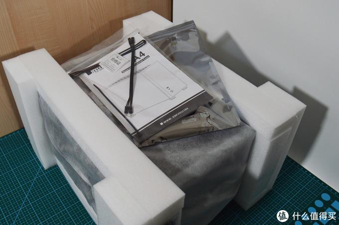 厚实的包装 切割凸脚更加有缓冲,每一面都不会直触外包装,机箱本体还有绒布袋子独立包装(一般常见都只是塑料袋)