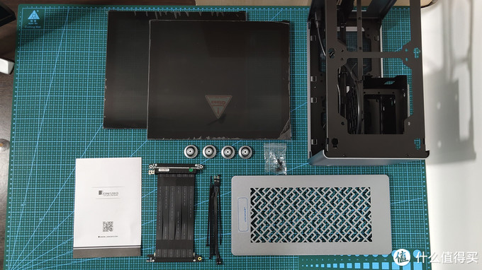 主要组件拆解,值得一说的是玻璃侧板采用悬挂+卡扣插入式安装 省去了必要在机箱内要有对应金属孔的位置 也一定减少最大宽度值