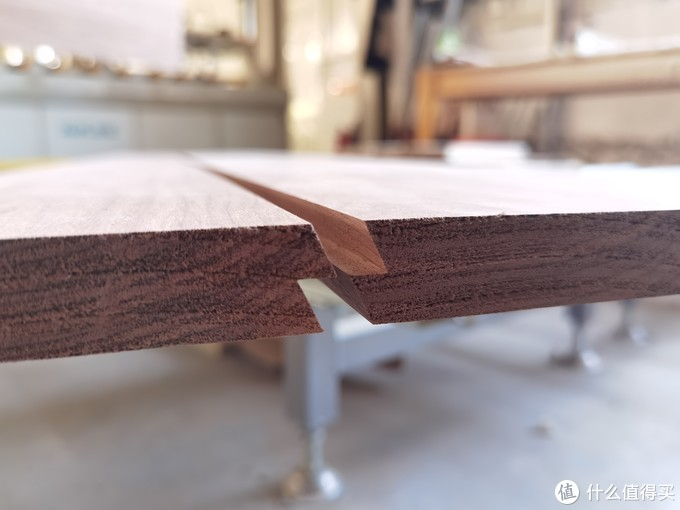 首先是实木拼板,因为进口的标准烘烤木板,都是8到20公分的标准切割板